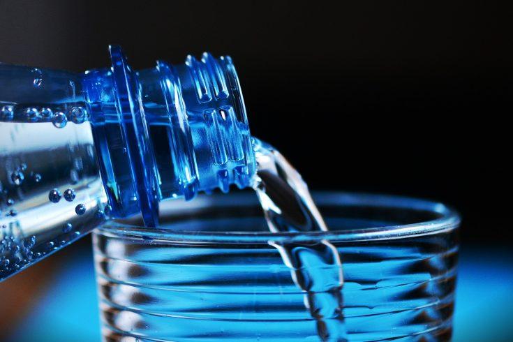 Wasserflasche und Wasserglas (Bild: pixabay/congerdesign)