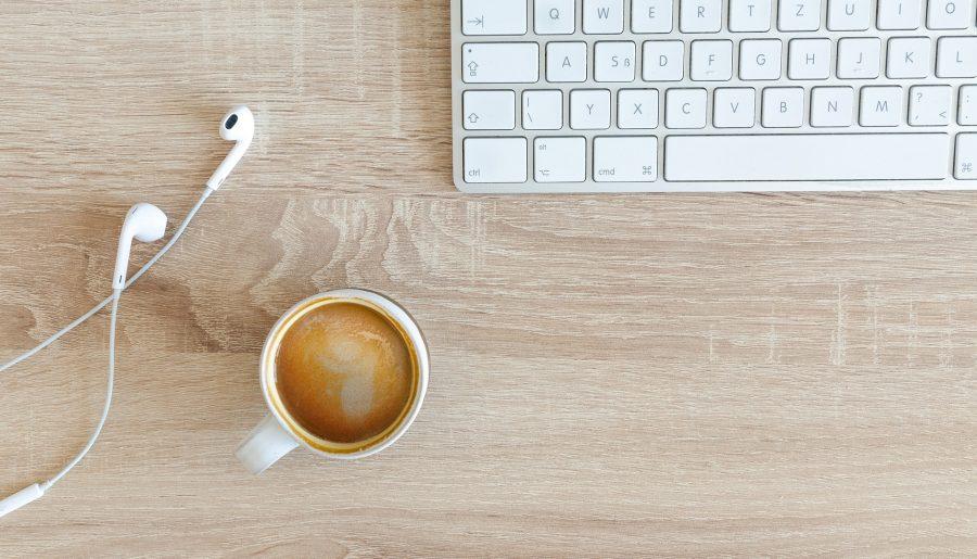 Tastatur, Kopfhörer, Kaffee (Bild: pixabay/Goumbik)