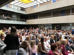 Publikum wartet bei der Hombuch-Lesung auf Sebastian Fitzek